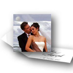 etiquette-dragees-mariage-en-forme-livret-avec-la-photo-des-mariés-devant