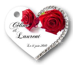 étiquette dragées mariage en forme de coeur , illustrée de deux roses rouge avec le prénoms des mariés et de la date. L'étiquette dragées est décorée de strass
