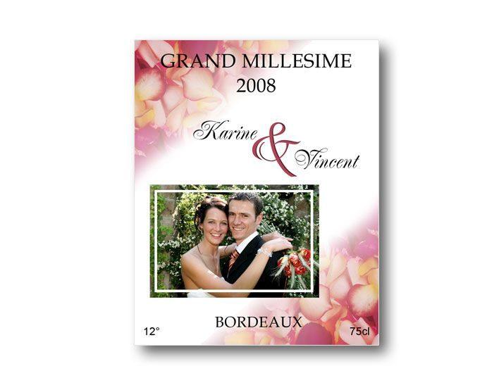 etiquette bouteille mariage décorée de pétales de roses rouge et illustrée de la photo des jeunes mariées