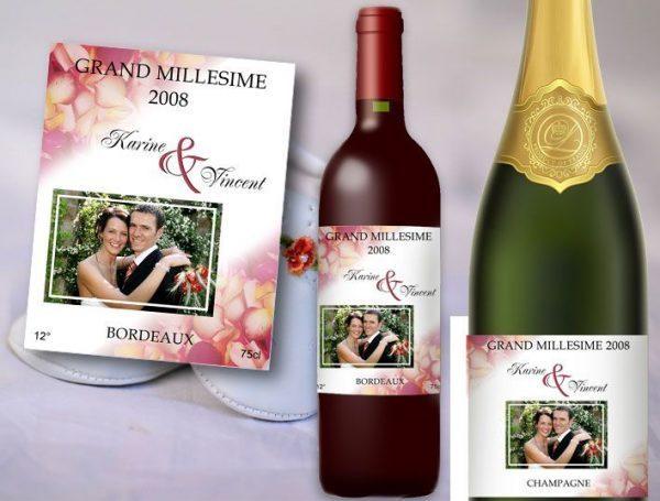 etiquette bouteille mariage vin et champagne décorée de pétales de roses rouge et illustrée de la photo des jeunes mariées