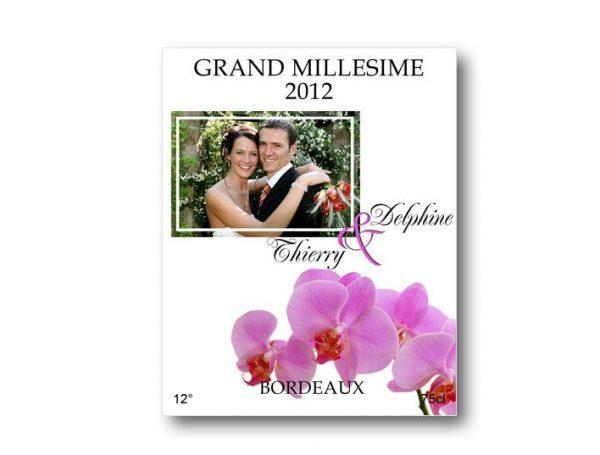 etiquette bouteille mariage illustrée de la photo des jeunes mariés et d'un orchidée