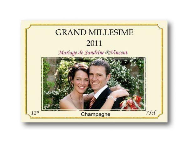 etiquette bouteille mariage illustrée de la photo des jeunes mariés thème élégance