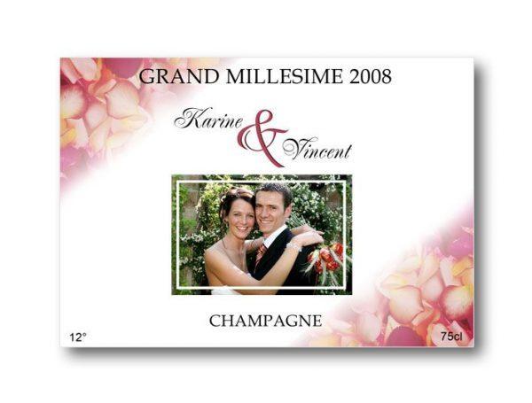 etiquette bouteille mariage illustrée de la photo des jeunes mariés et de pétales de roses