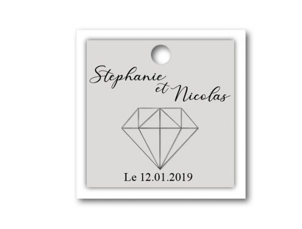 Une étiquette dragées mariage sur le thème diamant de forme carré de deux couleurs grise et blanche