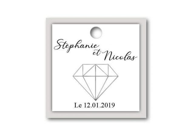 Décorer vos boites avec cette étiquette dragées mariage grise et blanche sur le thème diamant de forme carré