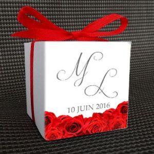 Tapis-de-roses-boite-dragees-carre-dos-personnalisees avec textes