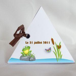une petite grenouille sur une boite a dragees bapteme