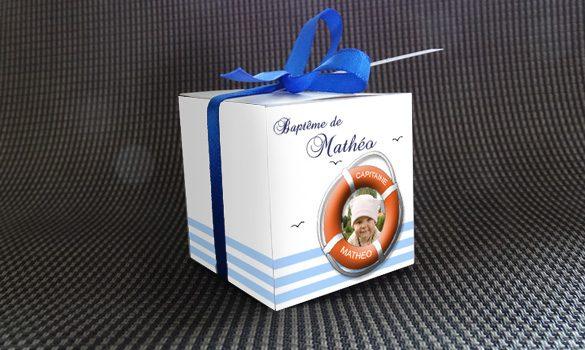 boite à dragées baptême - boite avec son ruban satin et son étiquette dragées thème marin
