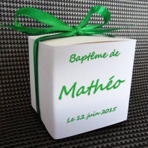 boite à dragées baptême carré blanche avec son habillage vu de dos référence matheo