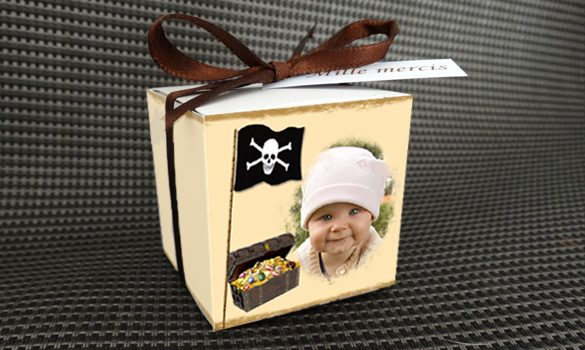 boite à dragées baptême - boite avec son ruban satin et son étiquette dragées thème pirate